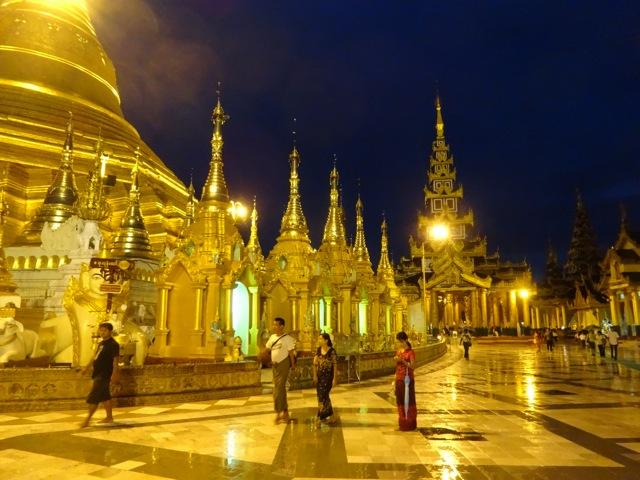 Sjwedagon Pagoda at night